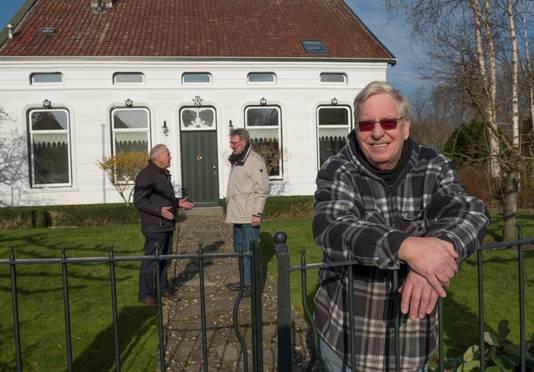 Gerard Oele vindt het heerlijk rustig in Sir, maar vindt het erg stil nu de school is verdwenen. Hij woont in de oude pastorie in het dorp.