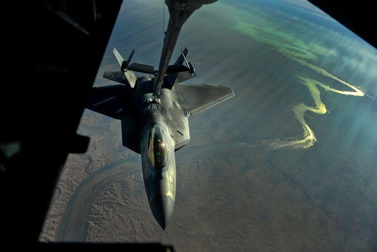 Een Amerikaanse F-22 wordt bijgetankt in de lucht tijdens een missie boven Irak tegen IS-strijders. Mogelijk moet de internationale coalitie tegen IS, die wordt geleid door de VS, zich terugtrekken uit Irak na de uitschakeling van generaal Qassem Soleimani. Beeld 380th Air Expeditionary Wing