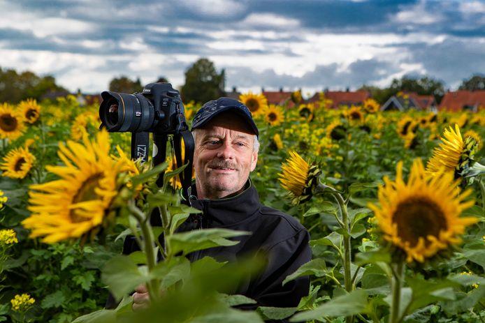 """De Holtense hobbyfotograaf Gerrit Willems maakt z'n fraaie kiekjes, zoals  niet alleen voor zichzelf. """"Ik wil dat mensen, zoals minder mobiele mensen, zo ook kunnen genieten van hun dorp."""""""