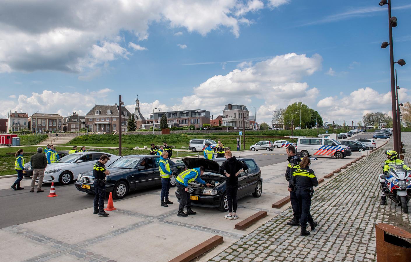De verkeerscontrole aan de Waalkade in Tiel.