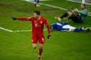 Robert Lewandowski viert de 2-0 van Bayern München.