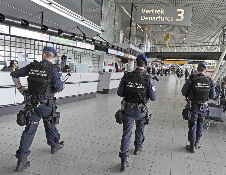 Marechaussee patrouilleert op Schiphol. Beeld ANP