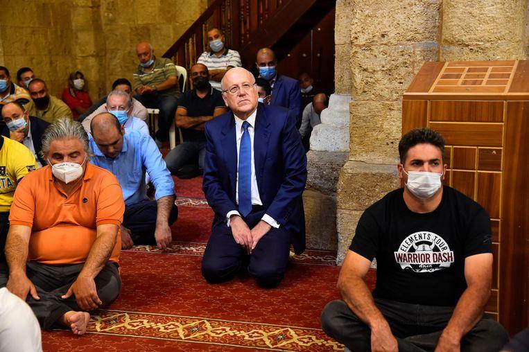 Aanstaand premier Mikati (midden) tijdens het vrijdaggebed in Beiroet. Beeld REUTERS