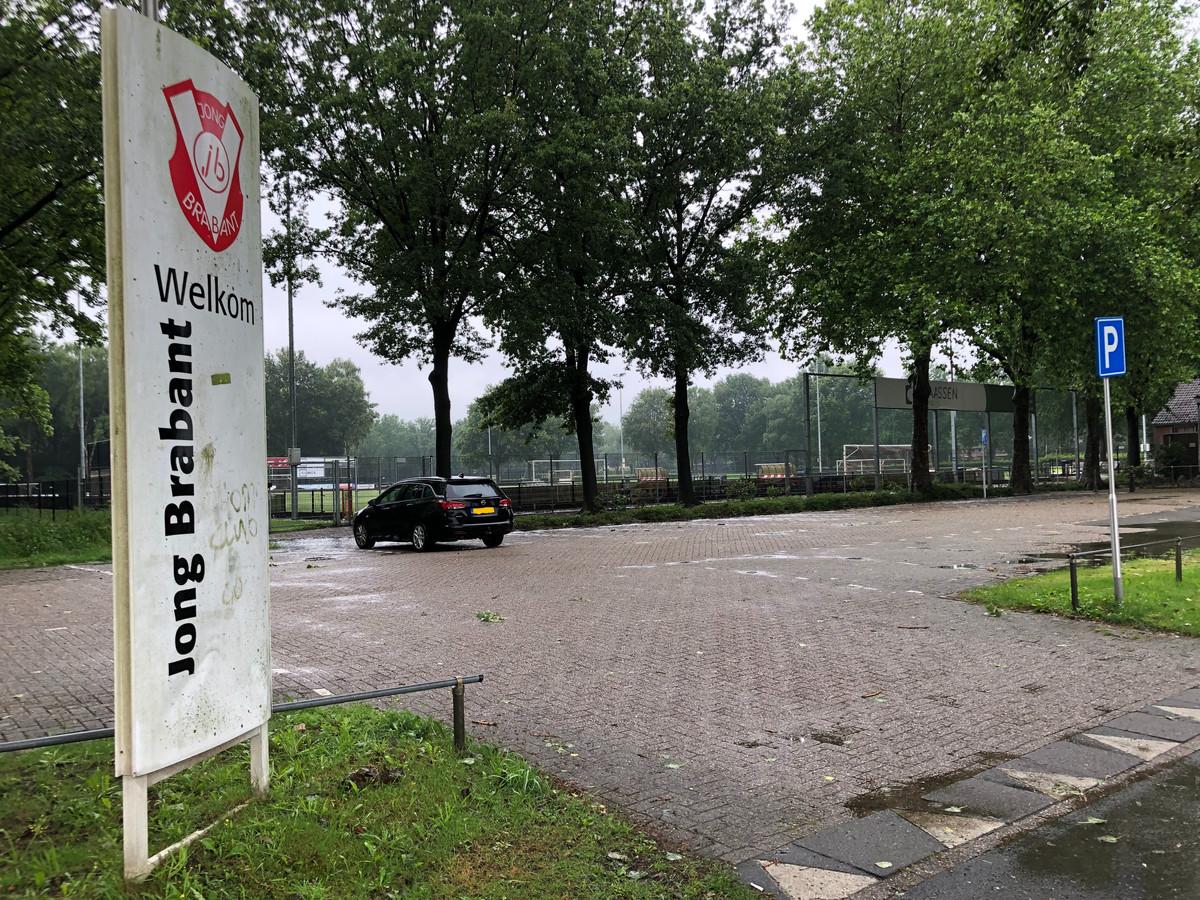 De komst van een opblaashal het terrein van voetbalvereniging Jong Brabant in Berkel-Enschot is voor onbepalade tijd uitgesteld.