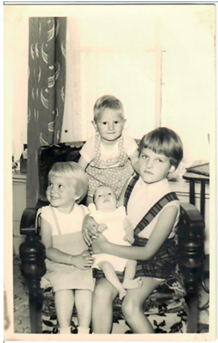 Christa Moelker als peuter (linksvoor) met haar twee broertjes en zus. Beeld Familiearchief