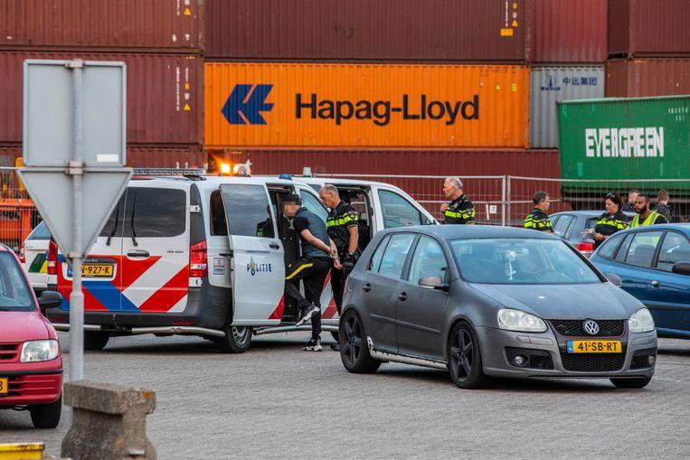 Uithalers worden aangehouden in het havengebied van Rotterdam. Beeld  Joey Bremer