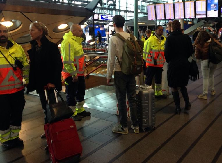 Treinperrons op Schiphol afgesloten. Beeld Maxime Smit