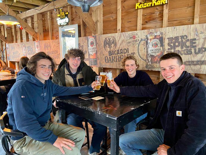 De 17-jarige kerels Matthis, Jack, Jeffrey en Stan klinken in café 't Vermoeden op de heropening van de terrassen in café 't Vermoeden