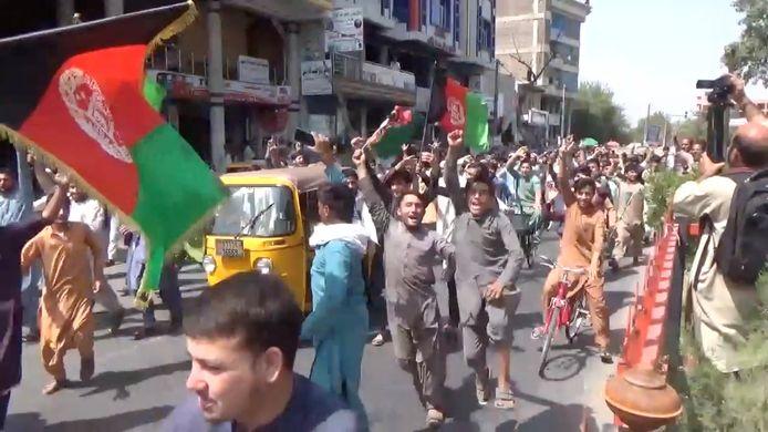 Het protest in Jalalabad op woensdag, toen er doden vielen. Vandaag verliep het protest er rustiger.