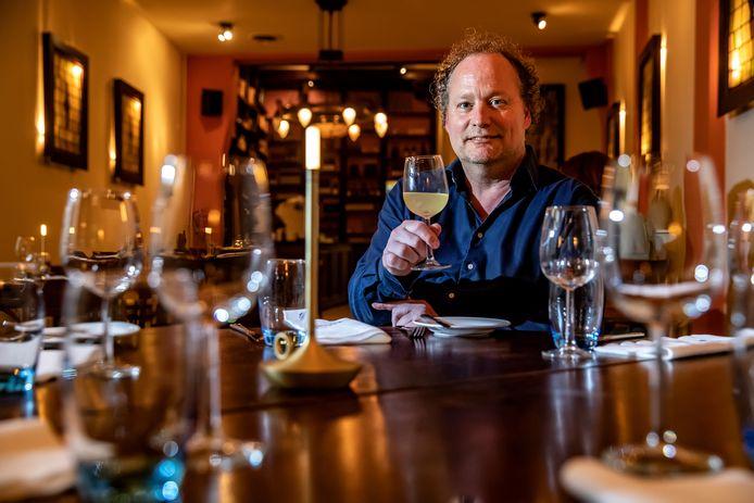 Alain Legel  van Portugees restaurant Chez Antoinette proost op een culinaire belevenis met een glas vinho verde.