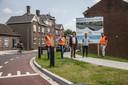 Vandaag stonden betrokkenen (middenin wethouder Jack van Dorst) stil bij de renovatie van de Steenweg.