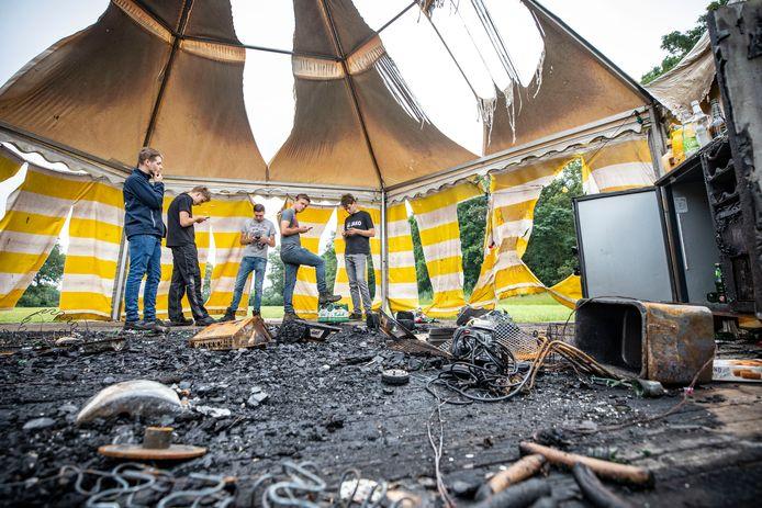 Op een maisveld aan de Nijenkampsweg in Agelo zijn zondagavond de grote feesttent en de slaaptent van een groep jongeren in de fik gestoken. Alles is verbrand, ook de apparatuur die in de tent stond.