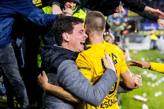 Verschueren viert zijn doelpunt met de fans.
