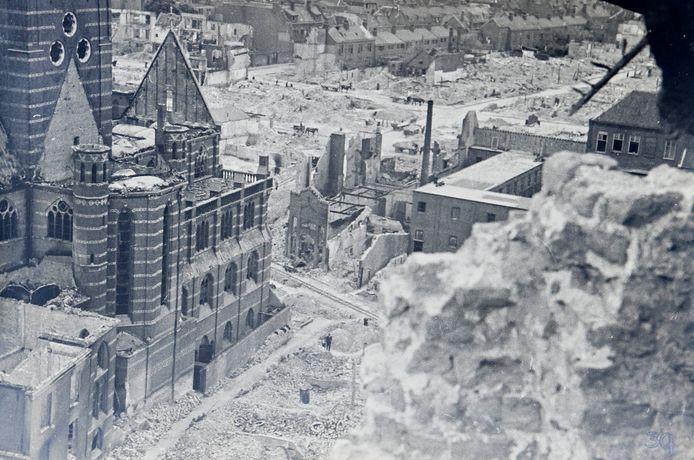 Zicht vanaf de stomp van de Stevenskerk naar de verwoeste stad. Links de zwaar beschadigde Sint Augustinuskerk die in de Augustijnenstraat stond. In het midden het verwoeste gebied dat later Plein 1944 werd. Foto Evert Jan van den Elst / reproductie Gerard Verschooten.
