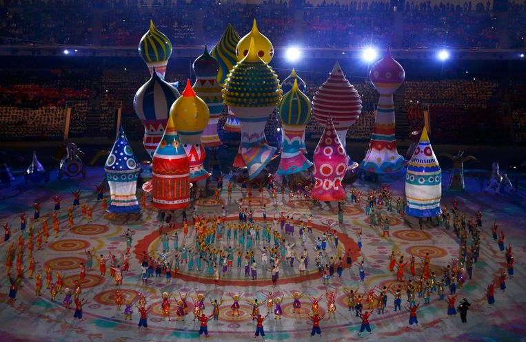 Performers dance near floats representing St. Basil's Cathedral during the opening ceremony of the 2014 Sochi Winter Olympics, February 7, 2014.  REUTERS/David Gray (RUSSIA  - Tags: OLYMPICS SPORT) Beeld null