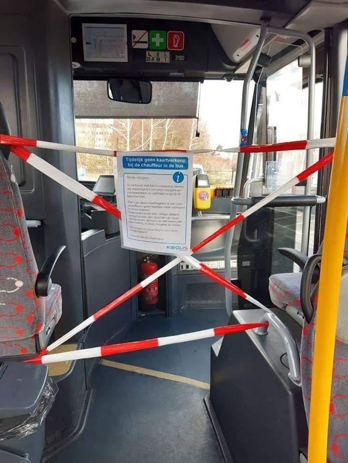 Niet voorin instappen alstublieft! In Almelo is de voorkant van de bus afgezet met lint.
