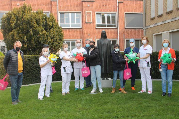 Het personeel van de Sint-Jozefskliniek kreeg enkele piñata's en een schrift met tekeningen van Prizma Middenschool de Pélichy.