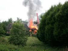 Zeer grote brand verwoest gebouw bij Tantratempel, woning met rieten kap gered