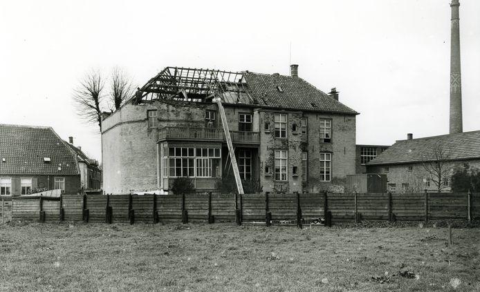 Met de sloop van het Hooghuis werd in 1925 het laatste stukje middeleeuws Oss afgebroken. Op deze plek stond de Graafse Poort, de oostelijke toegang tot de omwalde stad. De ronde gevel links is een restant van die poort.