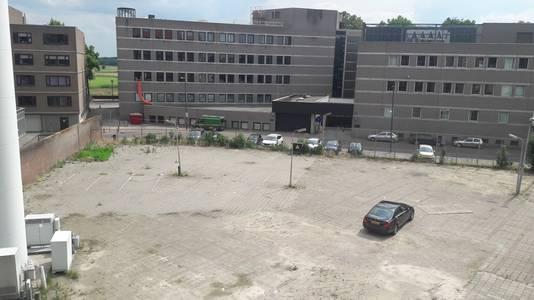 Het parkeerterrein aan de binnenzijde van het KPN-complex in het Zuidwalkwartier. Voor de nieuwbouw komt er een parkeerkelder.