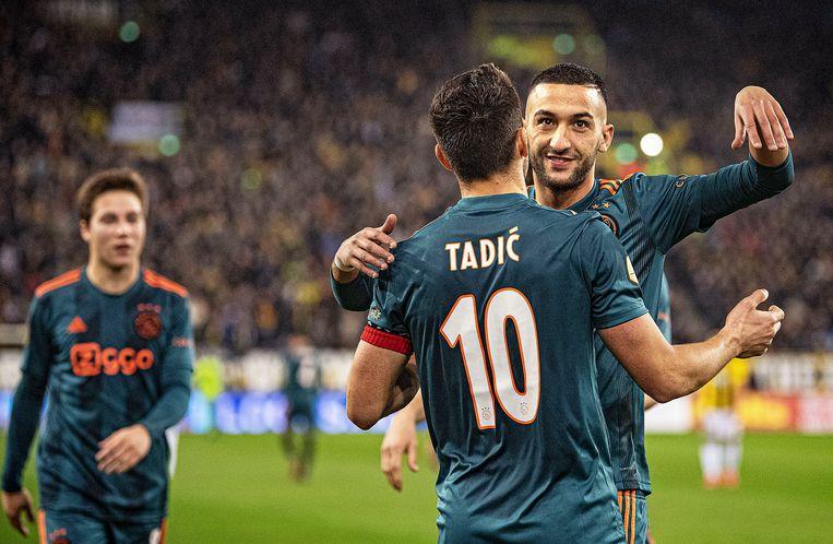 Hakim Ziyech feliciteert Dusan Tadic met zijn goal tijdens de kwartfinale van de KNVB-beker tegen Vitesse. Beeld Guus Dubbelman / de Volkskrant