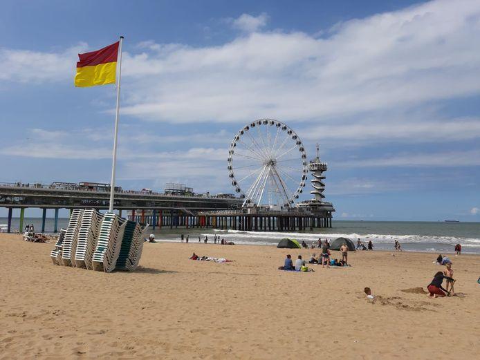 De rood-gele vlag wappert vandaag op het strand van Scheveningen.