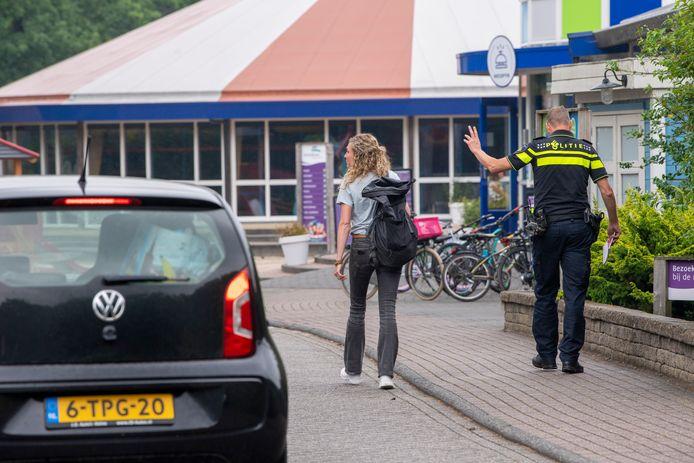 Politie arriveert dinsdag bij de entree van de camping. Op woensdagmiddag wordt er dan een signalement verspreid van een mogelijke betrokkene.