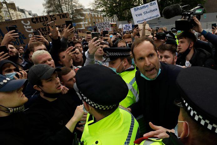 Petr Cech spreekt de menigte buiten Stamford Bridge toe.