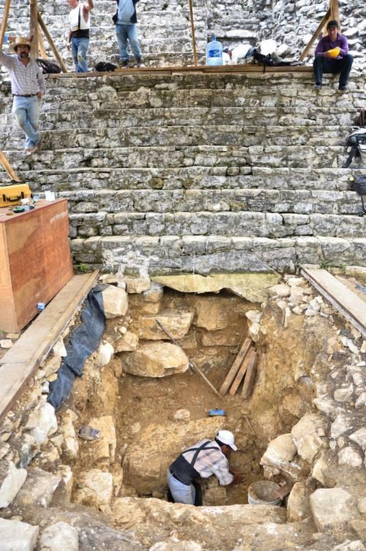 Archeologen doen onderzoek aan de voet van de tempel.