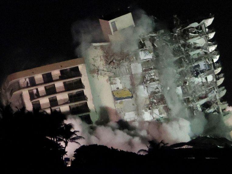 De Champlain Towers South storten in door een gecontroleerde explosie Beeld AFP