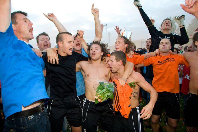 Vreugde bij de spelers en staf van Montfoort na het bereiken van de topklasse.
