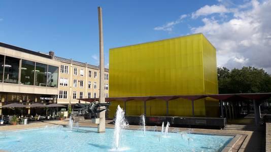De kubus in de pergola bij de AKU Fontein op het Gele Rijdersplein in Arnhem. De kubus is inmiddels weer weg.