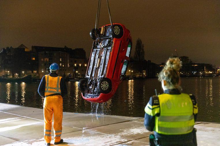 Twee inzittenden van een auto kwamen om het leven toen hun voertuig te water raakte langs de VOC kade in Amsterdam. Beeld Michel van Bergen