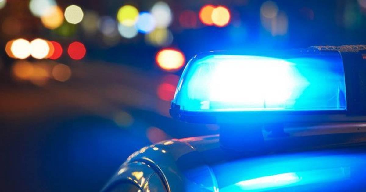 Automobilist haalt rechts in, veroorzaakt aanrijding en richt mogelijk vuurwapen op betrokken vrouw.