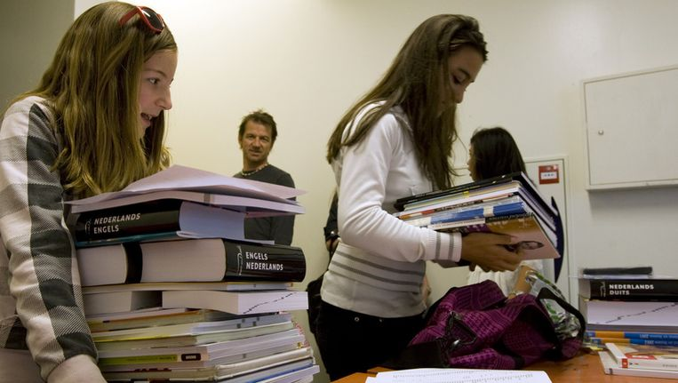 Scholieren halen hun boeken voor het nieuwe schooljaar op bij het Barlaeusgymnasium in Amsterdam. Beeld ANP