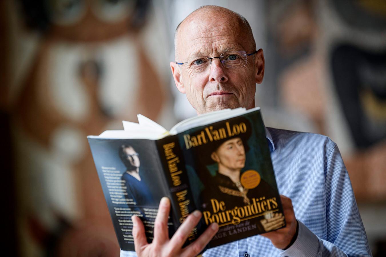 """Wethouder Bas van Wakeren met het boek De Bourgondiërs dat hij meeneemt op vakantie. """"Ik bereid me altijd goed voor als ik op vakantie ga."""""""