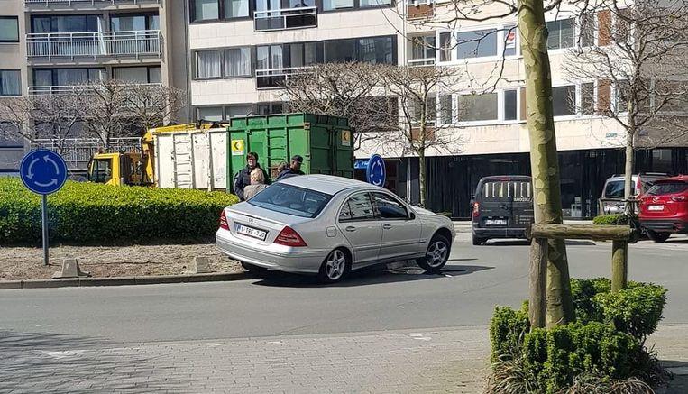 Een bestuurder mispakte zich op de rotonde op het Leopold I-plein in Oostende.