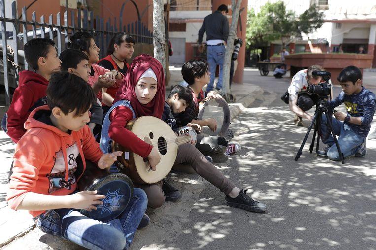 Syrische kinderen maken in het kader van het Refugee Film Project een zelfbedachte film in de straten van Beiroet. Beeld AFP