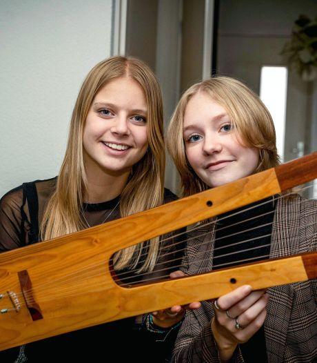 Mirthe en Simi leren lier spelen voor hun profielwerkstuk: 'Instrument was in oudheid al populair'