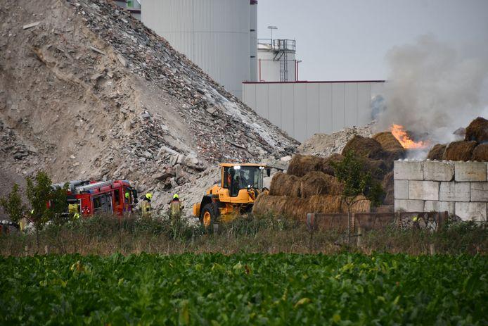 In Terneuzen is brand uitgebroken in een flink aantal hooibalen.