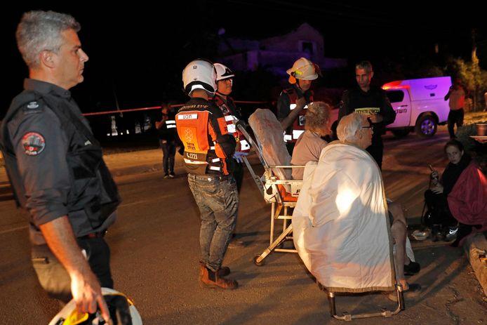 Israëliers worden in veiligheid gebracht in Yehud, nabij Tel Aviv.