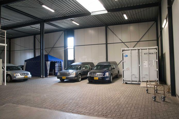 De zeecontainer en verzorgingstent staan niet langer in het pand van uitvaartonderneming Alphega in Nunspeet. Door de dalende lijn in het aantal coronadoden is de extra  capaciteit overbodig geworden.
