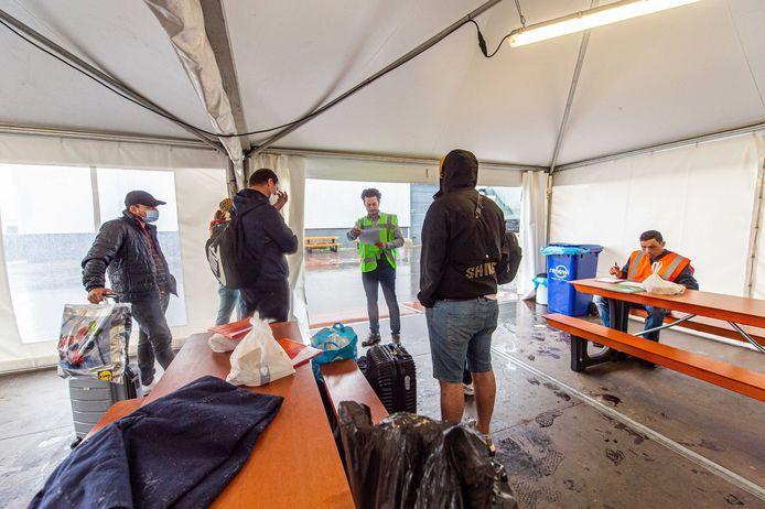 De eerste bussen met vluchtelingen kwamen maandag aan bij de noodopvanglocatie van het Centraal Orgaan Asielzoekers in de Zeelandhallen. Onder meer door de komst van evacues uit Afghanistan moet de opvangcapaciteit worden uitgebreid.