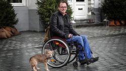 Zaakvoerder schenkt Jan een nieuwe rolstoel nadat hij verlamd raakte na een operatie