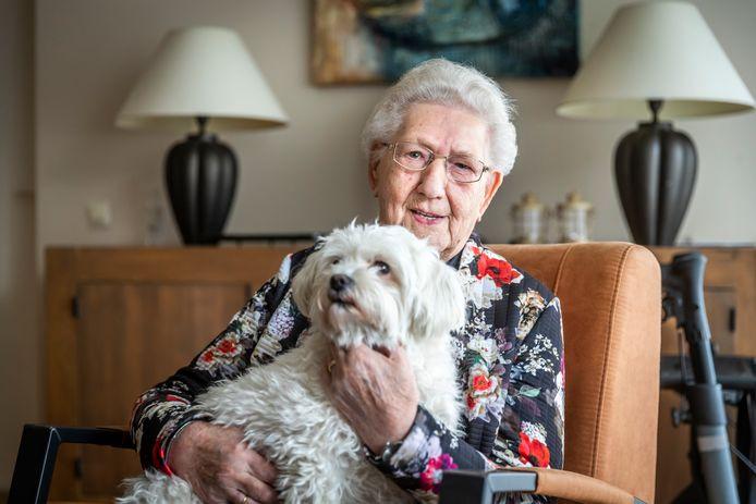 Toos Lomans uit Someren-Eind wordt 90 jaar; met haar hond Mouske maakt ze nog dagelijks haar rondjes door het dorp.