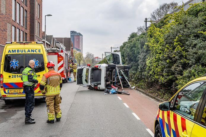 Auto belandt op zijkant in Tilburg.