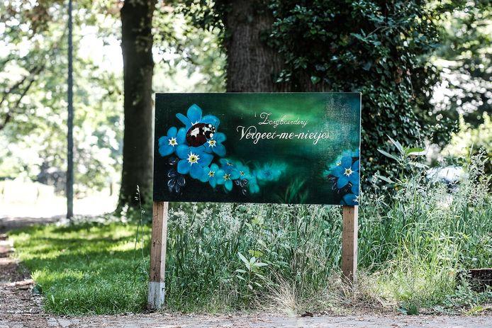 Het bord van de inmiddels gesloten zorgboerderij 'Vergeet-me-nietjes' in Wichmond.