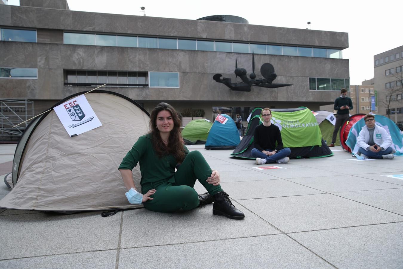 Actie van studenten(organisaties) en jongerenafdelingen van politieke partijen tegen de strenge regels voor kamerverhuurpanden in Eindhoven, op het Stadhuisplein. Met op de voorgrond Mijntje van der Lande, voorzitter van het Eindhovens Studenten Corps.