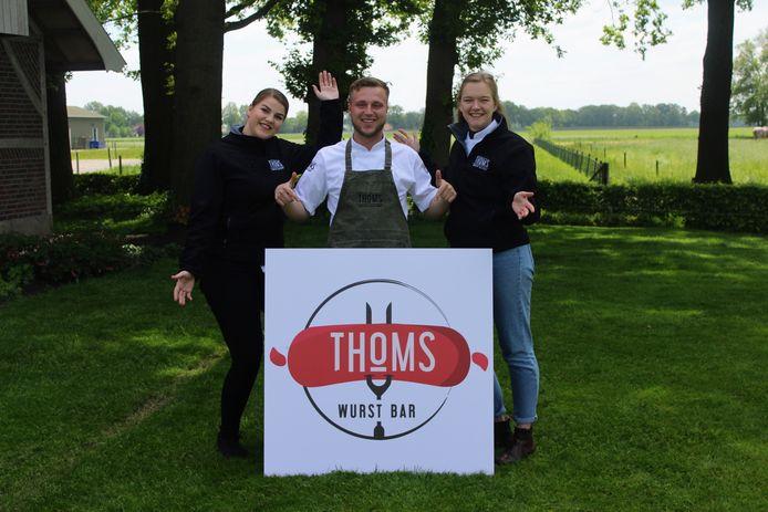 Thom Hartgerink en zijn assistentes Kyra (links) en Ilse (rechts) zijn klaar voor de start van THOMS Wurst Bar.