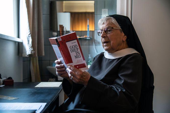 Zuster Maria in klooster Zusters Clarissen 'De Bron' aan de Waterstraat in het Nijmeegse Waterkwartier.
